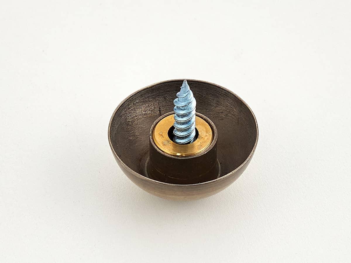 Круглая декоративная заглушка в комплекте с саморезом