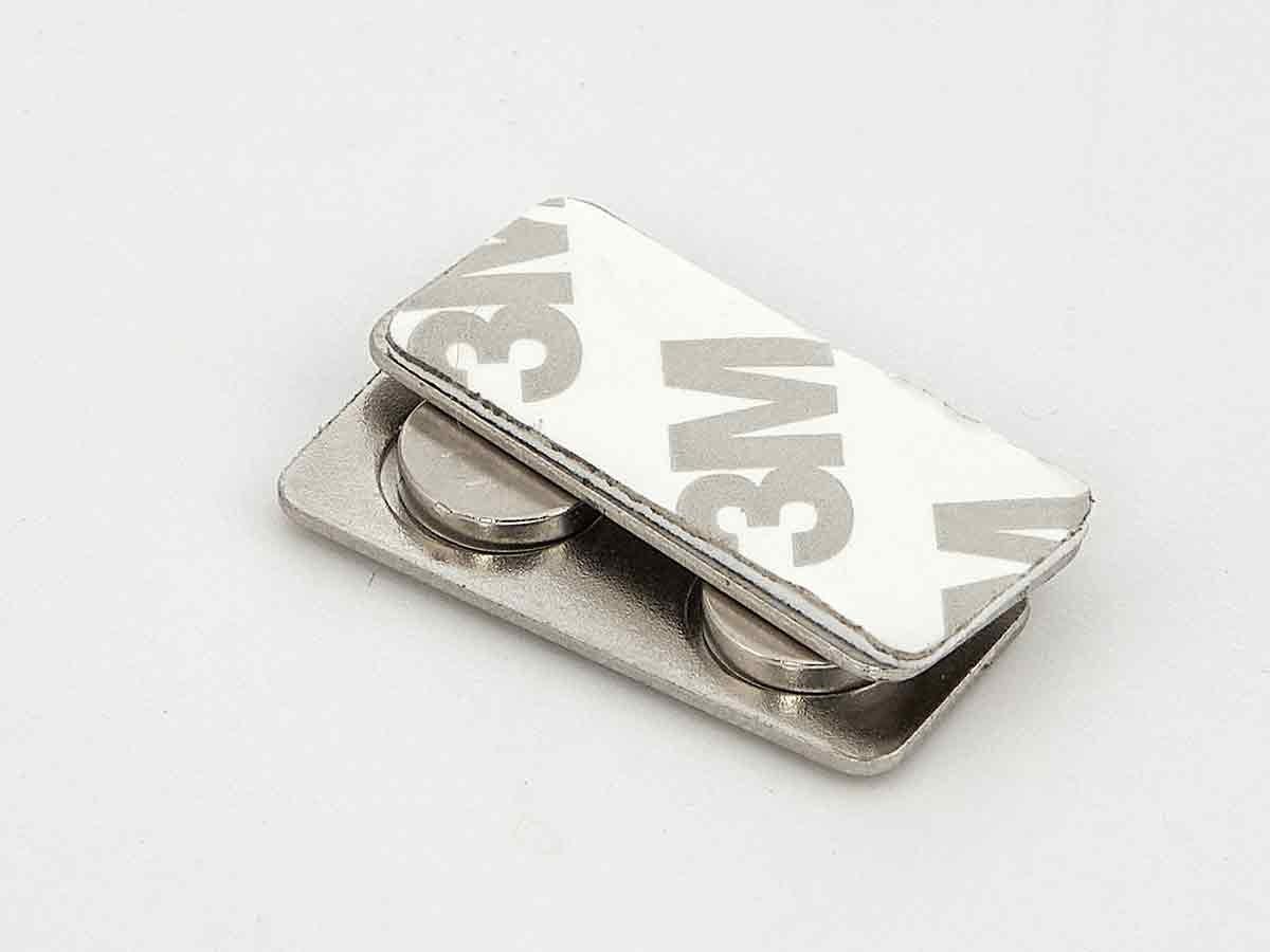 Два магнита для бейджей на металлической пластине