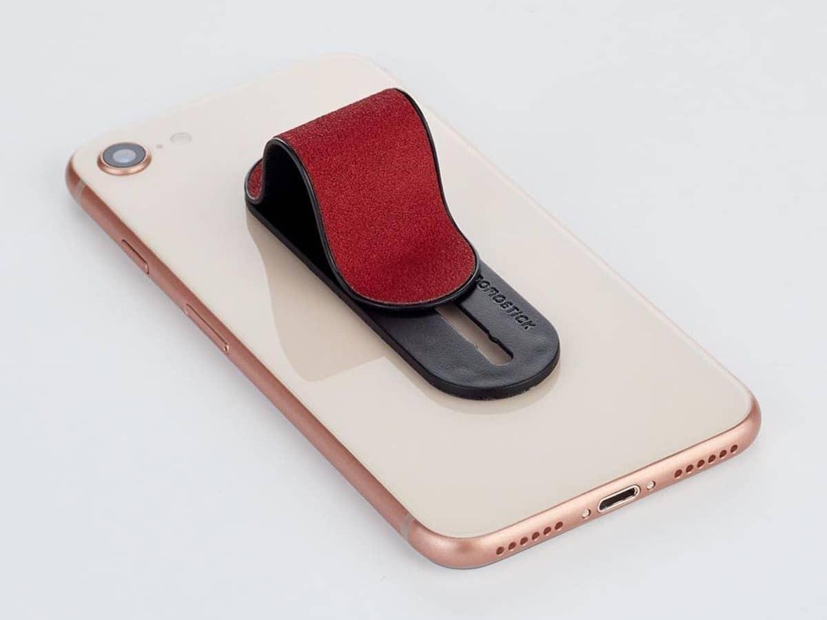 Тыльная сторона смартфоне с красным держателем под замшу